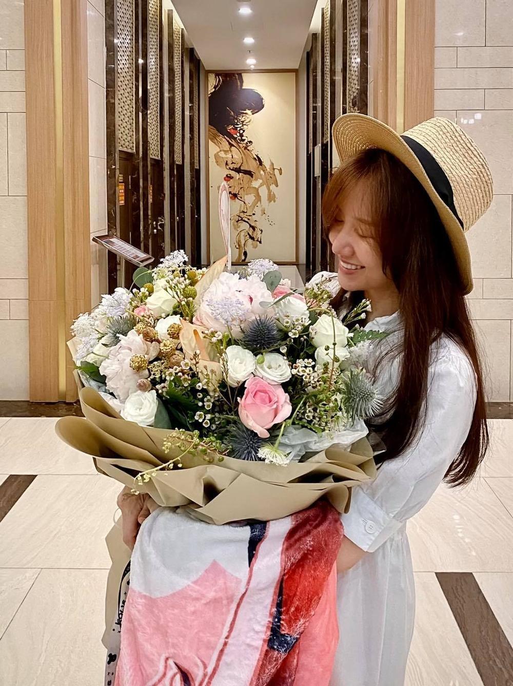 Hari Won tươi trẻ như thiếu nữ khi nhận quà sinh nhật từ ông xã Trấn Thành Ảnh 1