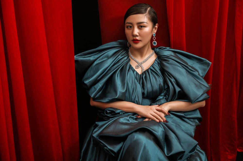Văn Mai Hương bị soi thân hình mập mạp khác xa trên poster cùng thời trang gây tranh cãi Ảnh 5