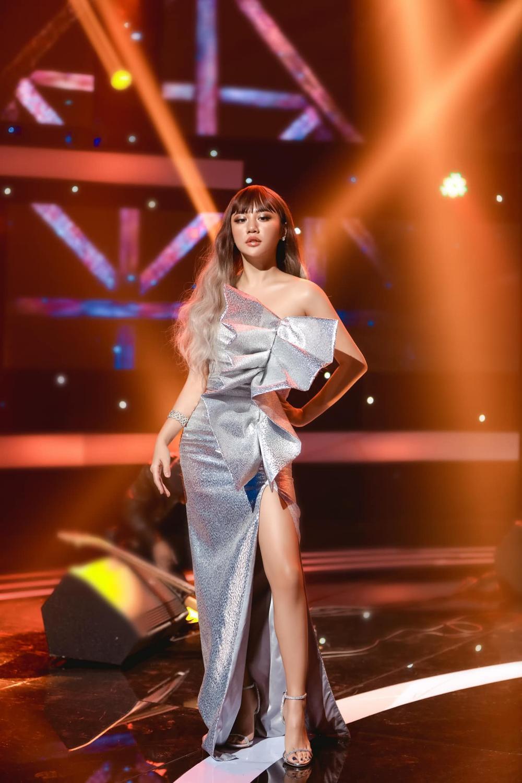 Văn Mai Hương bị soi thân hình mập mạp khác xa trên poster cùng thời trang gây tranh cãi Ảnh 6