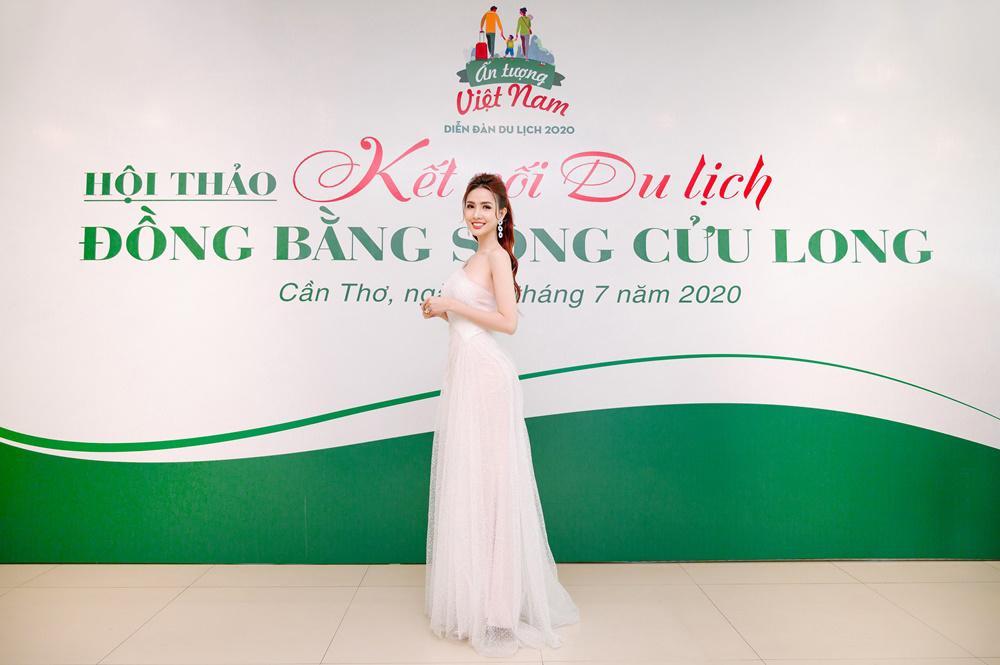 Phan Thị Mơ quyến rũ với váy mỏng manh thanh khiết như sương mai Ảnh 1