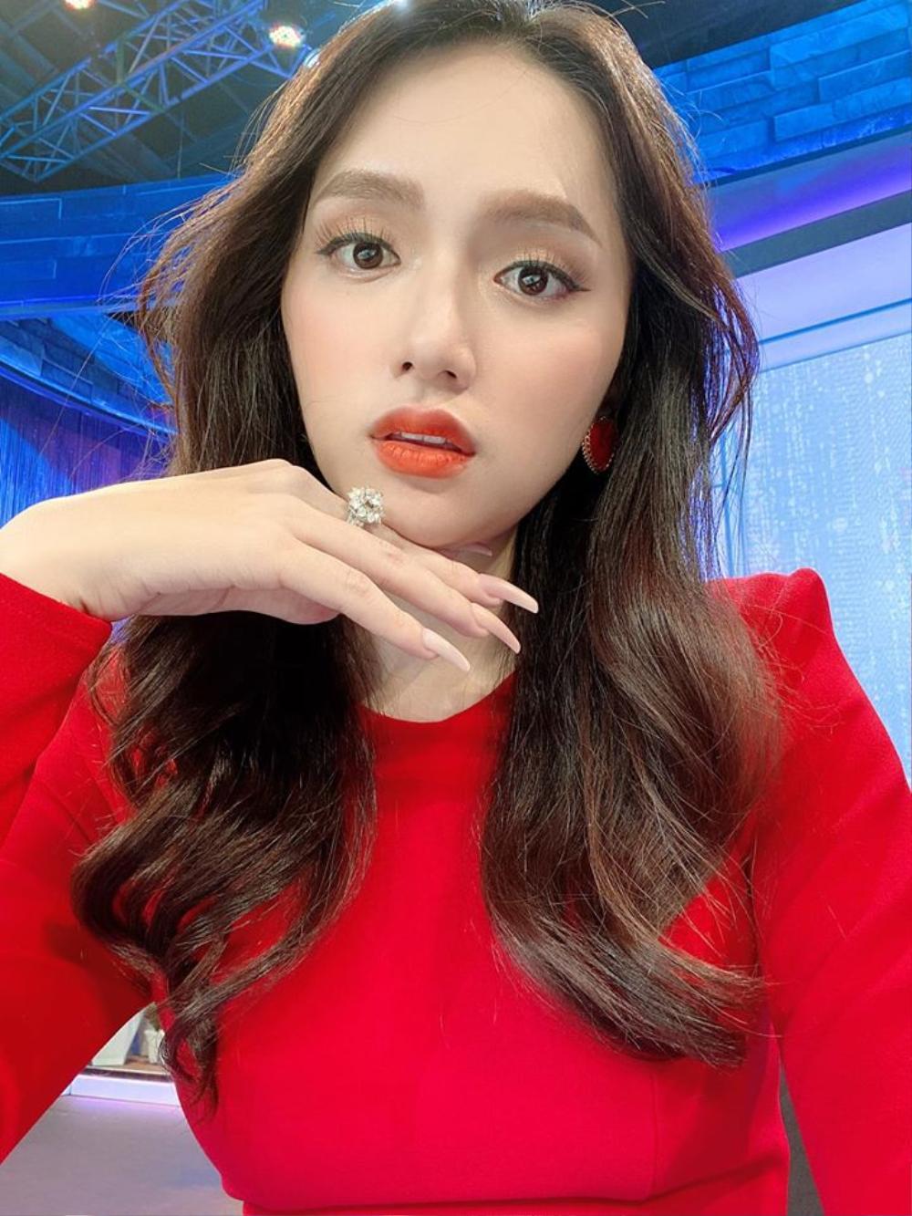 Hương Giang khéo khoe nhẫn kim cương khủng, fan trầm trồ: 'Đích thị công chúa vừa đẹp lại vừa giàu' Ảnh 2