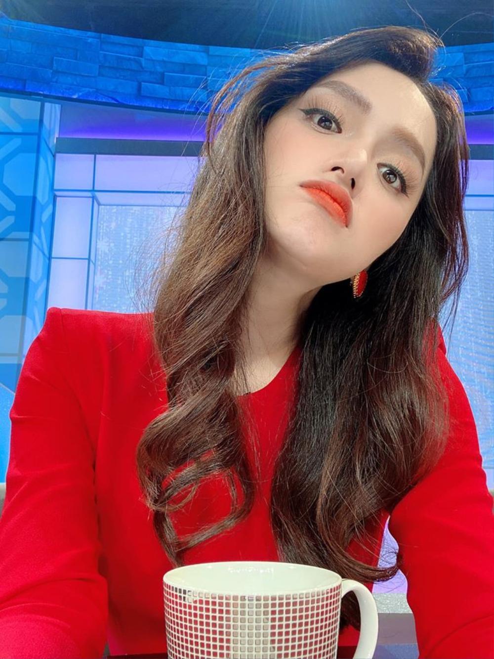 Hương Giang khéo khoe nhẫn kim cương khủng, fan trầm trồ: 'Đích thị công chúa vừa đẹp lại vừa giàu' Ảnh 3