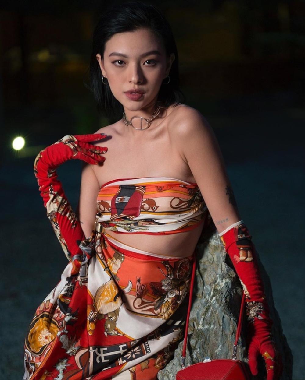 Sao Việt bao phen liều lĩnh quấn khăn làm áo, Ngọc Trinh từng gây 'náo loạn' sân bay Ảnh 13