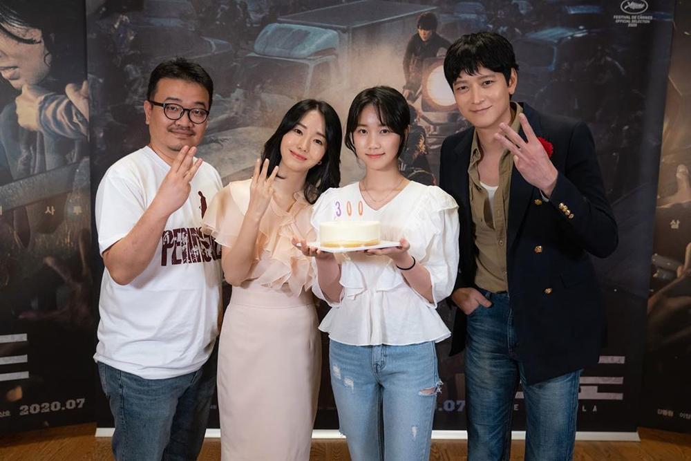 'Bán đảo Peninsula' đạt 3 triệu vé: Son Ye Ji - Lee Byung Hun, Seohyun cùng 15 sao Hàn kéo nhau đi xem Ảnh 10