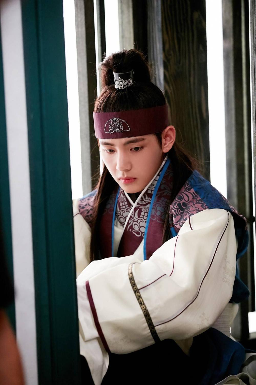 'Hwarang' - phim đầu tay của V (BTS) và Park Seo Joon phát sóng vào tháng 8: Idol được khen về diễn xuất, fan bắt đầu 'cày' lại chưa? Ảnh 14