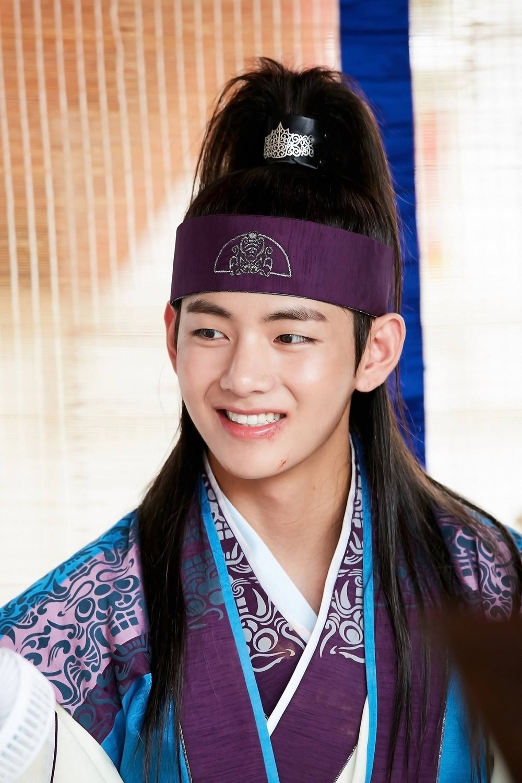 'Hwarang' - phim đầu tay của V (BTS) và Park Seo Joon phát sóng vào tháng 8: Idol được khen về diễn xuất, fan bắt đầu 'cày' lại chưa? Ảnh 10
