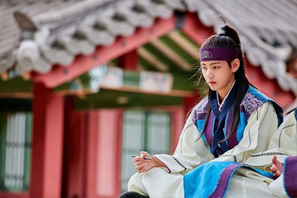 'Hwarang' - phim đầu tay của V (BTS) và Park Seo Joon phát sóng vào tháng 8: Idol được khen về diễn xuất, fan bắt đầu 'cày' lại chưa? Ảnh 12