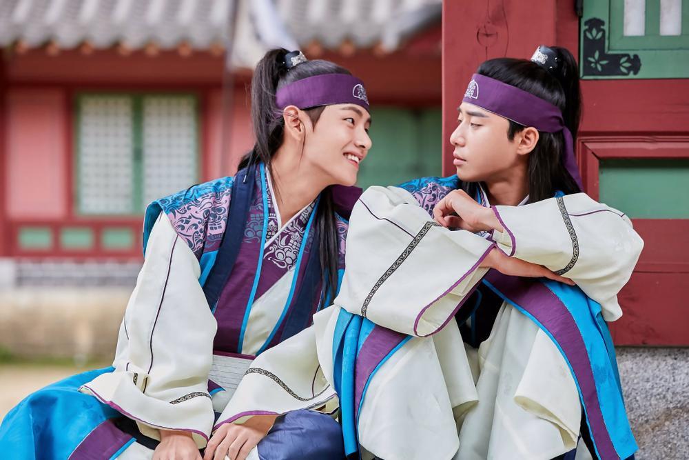 'Hwarang' - phim đầu tay của V (BTS) và Park Seo Joon phát sóng vào tháng 8: Idol được khen về diễn xuất, fan bắt đầu 'cày' lại chưa? Ảnh 6