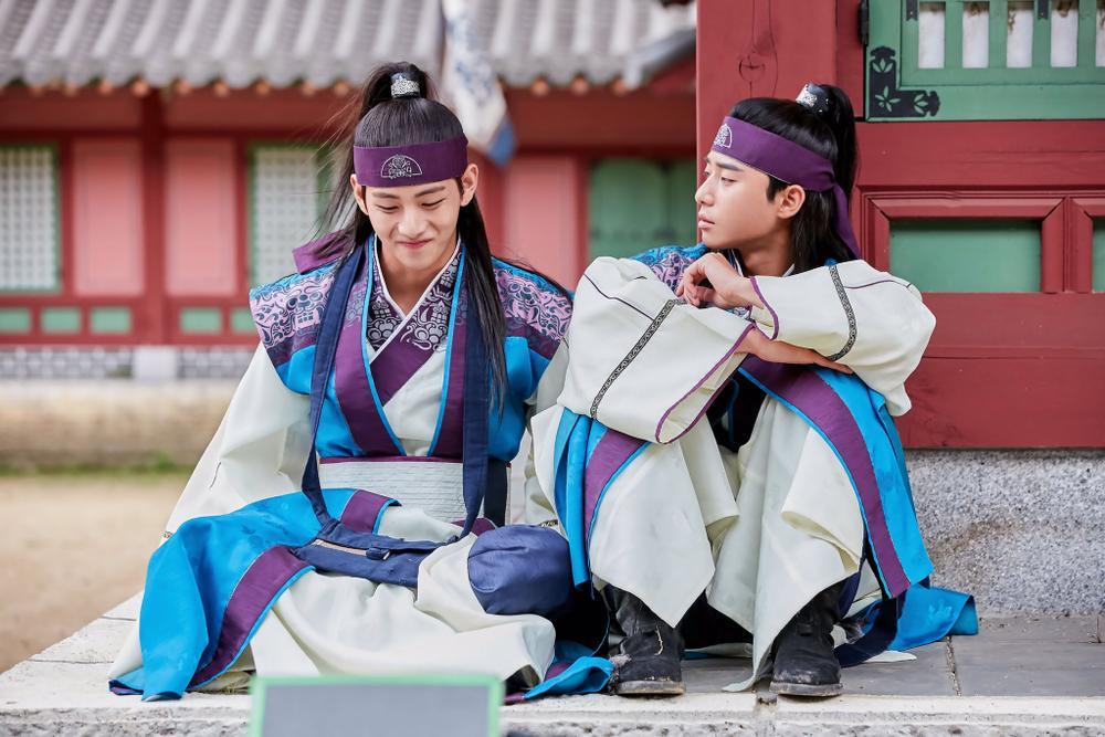 'Hwarang' - phim đầu tay của V (BTS) và Park Seo Joon phát sóng vào tháng 8: Idol được khen về diễn xuất, fan bắt đầu 'cày' lại chưa? Ảnh 7