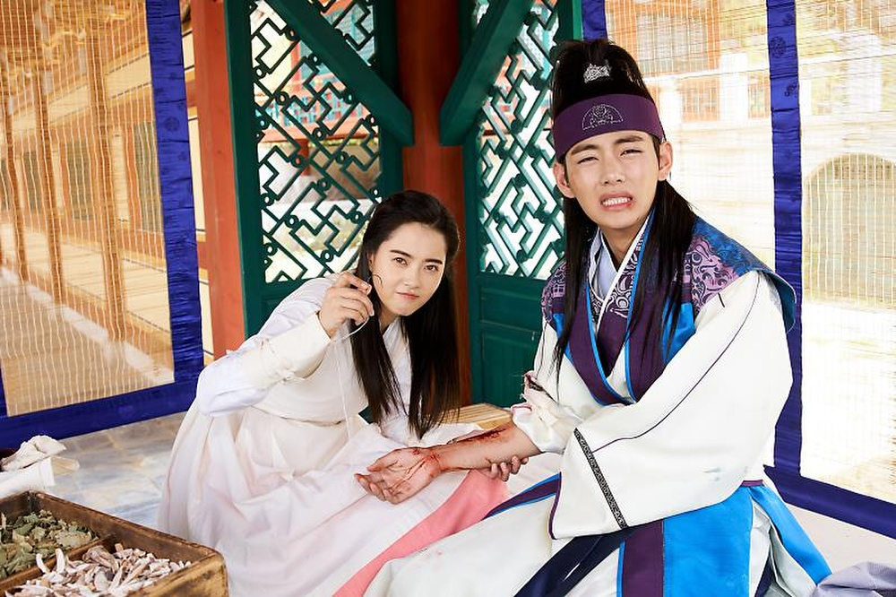 'Hwarang' - phim đầu tay của V (BTS) và Park Seo Joon phát sóng vào tháng 8: Idol được khen về diễn xuất, fan bắt đầu 'cày' lại chưa? Ảnh 5