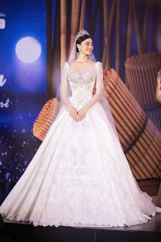 Lương Thùy Linh lập kỷ lục với chiếc váy cưới của NTK Anh Thư được đấu giá cao nhất lịch sử Vbiz Ảnh 1