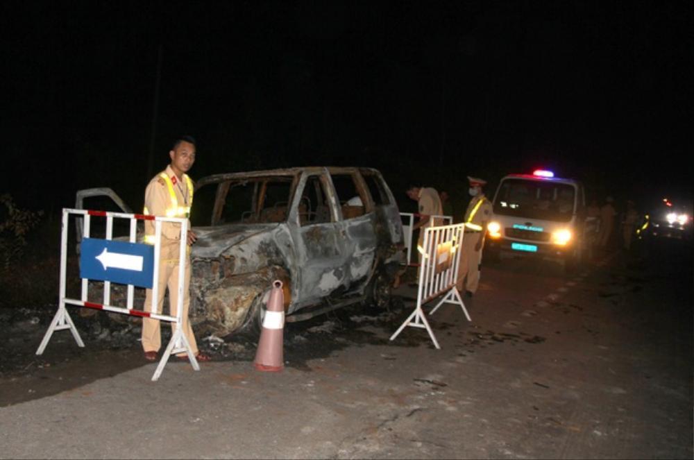 Xe ô tô 7 chỗ bất ngờ bốc cháy dữ dội khi đang lưu thông, 2 người trên xe rời khỏi hiện trường Ảnh 2