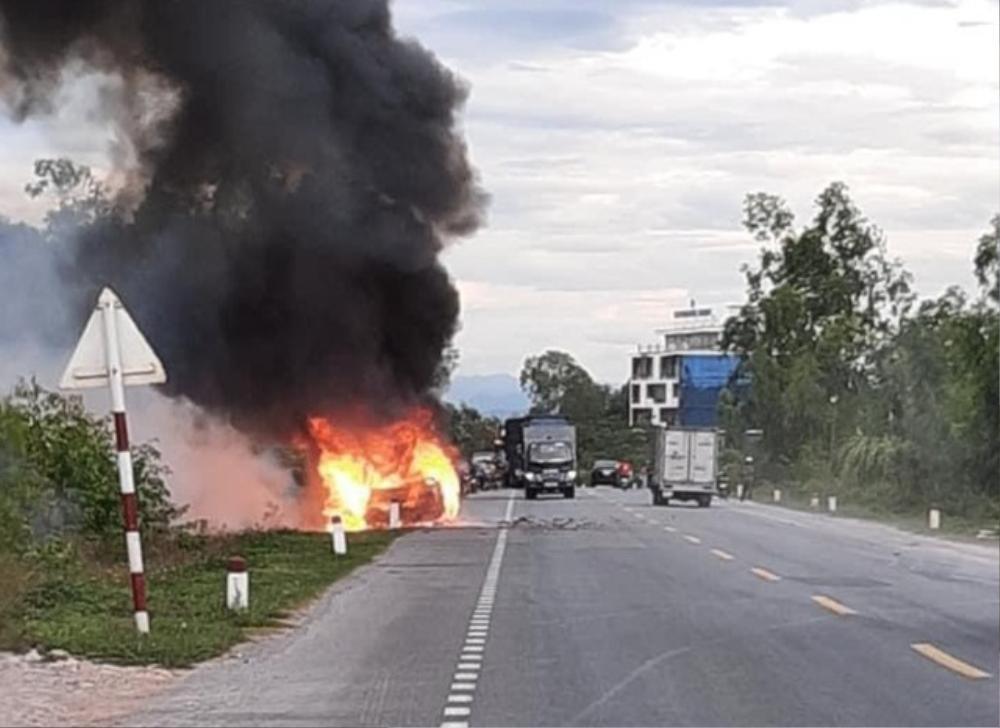 Xe ô tô 7 chỗ bất ngờ bốc cháy dữ dội khi đang lưu thông, 2 người trên xe rời khỏi hiện trường Ảnh 1