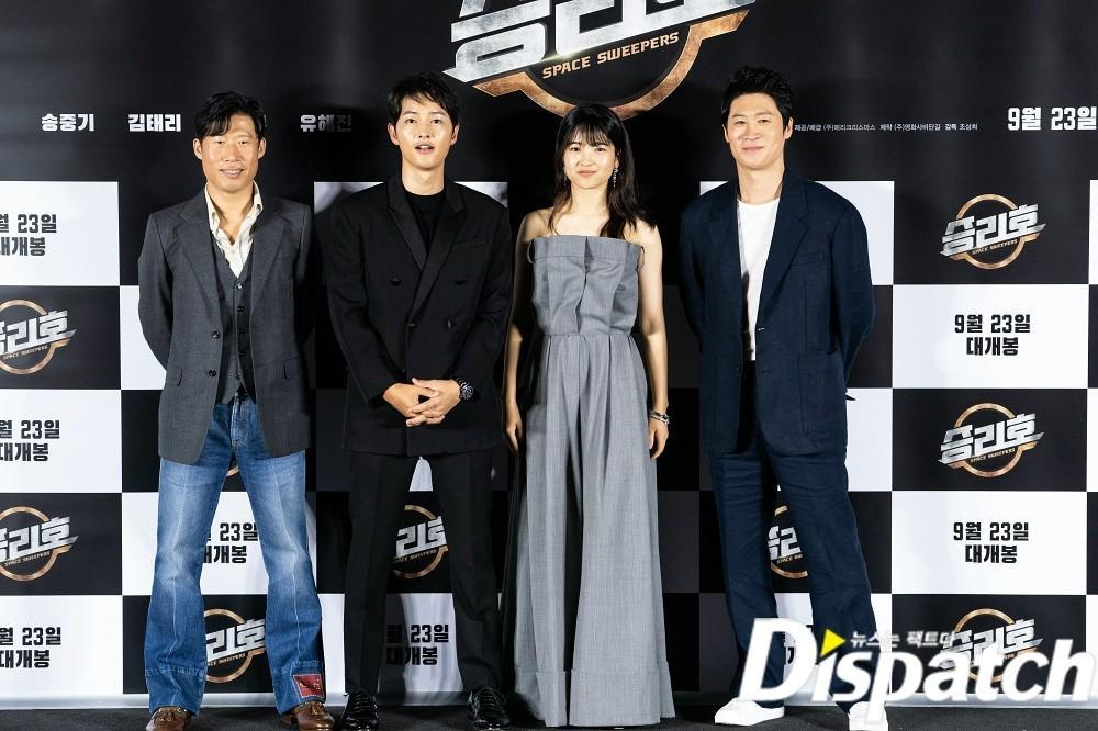Song Joong Ki hốc hác bên Kim Tae Ri tại họp báo, Song Hye Kyo 'đáp trả' bằng bộ ảnh khoe body Ảnh 1