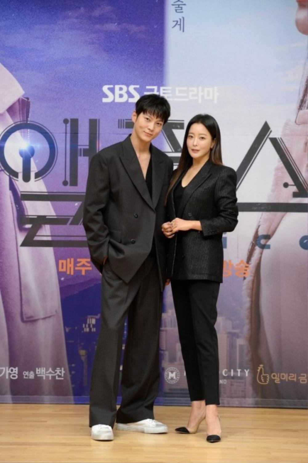 Họp báo phim mùa Covid-19, Kim Hee Sun hài hước 'tám chuyện' với Joo Won qua lăng kính nhiệm màu Ảnh 4