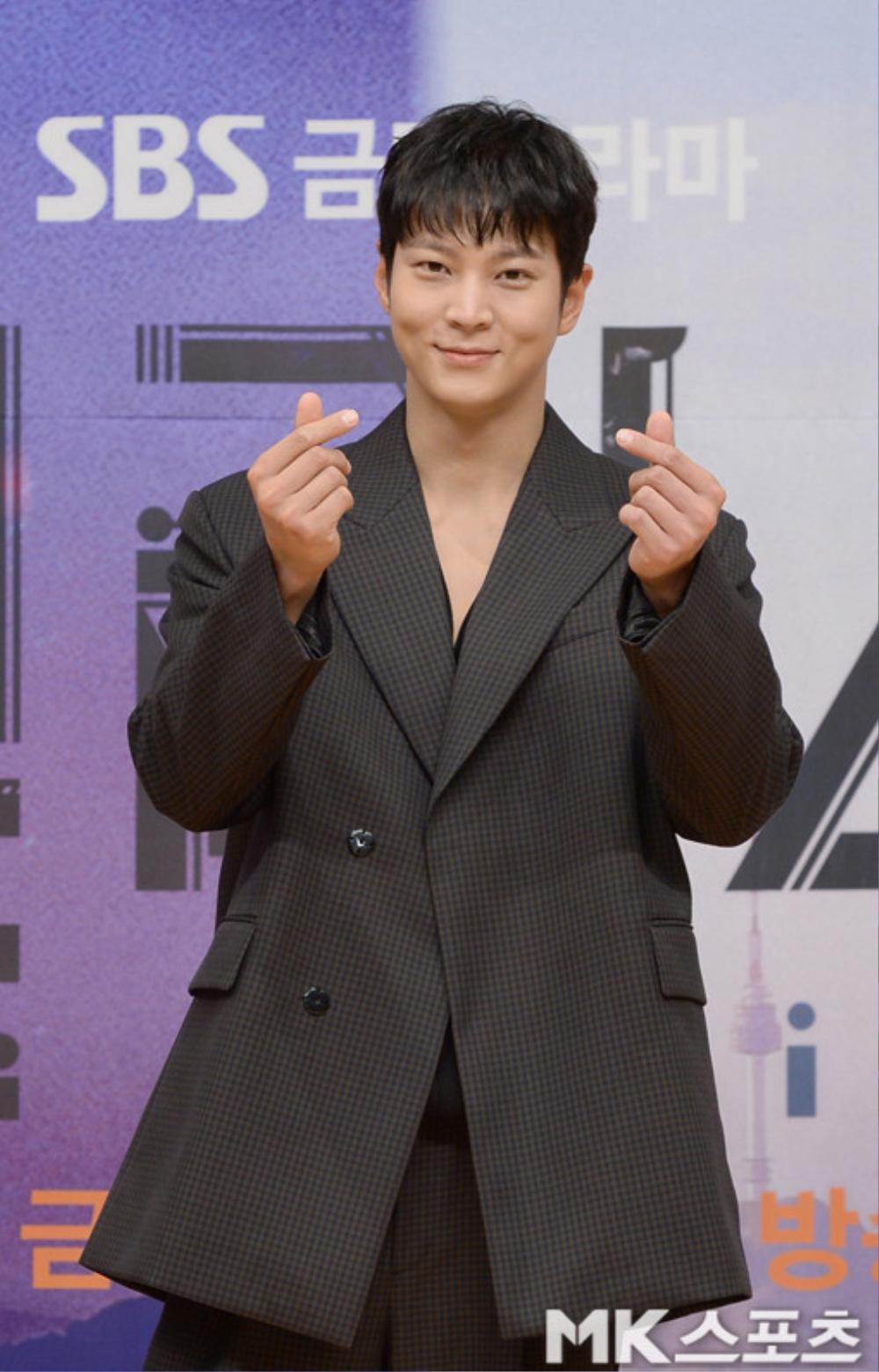 Họp báo phim mùa Covid-19, Kim Hee Sun hài hước 'tám chuyện' với Joo Won qua lăng kính nhiệm màu Ảnh 12