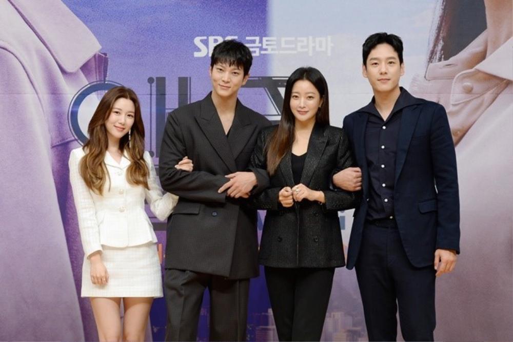 Họp báo phim mùa Covid-19, Kim Hee Sun hài hước 'tám chuyện' với Joo Won qua lăng kính nhiệm màu Ảnh 2