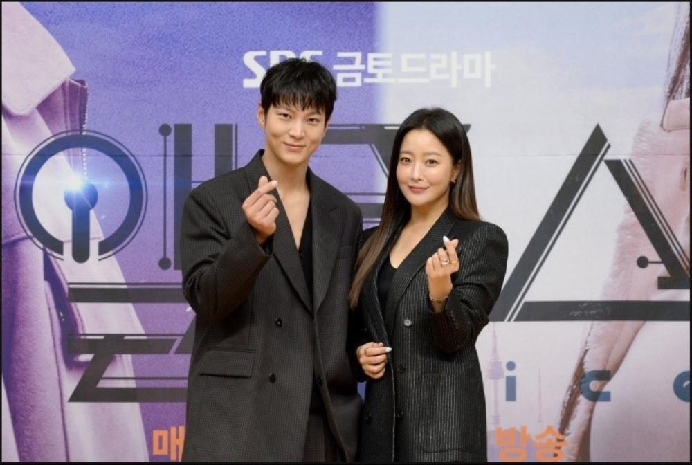 Họp báo phim mùa Covid-19, Kim Hee Sun hài hước 'tám chuyện' với Joo Won qua lăng kính nhiệm màu Ảnh 3