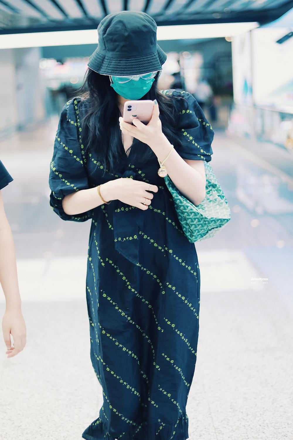 Chiếc túi tote được Địch Lệ Nhiệt Ba sủng ái, 'kè kè' bên mình ngày đêm Ảnh 2