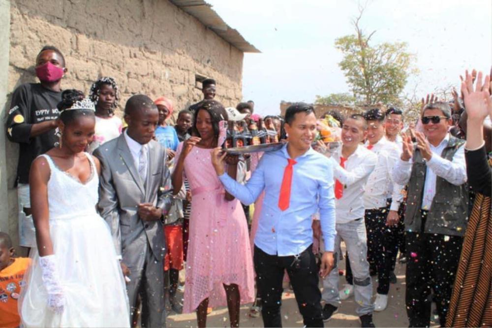 Dân tình thích thú trước loạt ảnh đám cưới của cặp đôi ở châu Phi nhưng do người Việt tổ chức, nhìn sang dàn bê tráp còn bất ngờ hơn! Ảnh 1