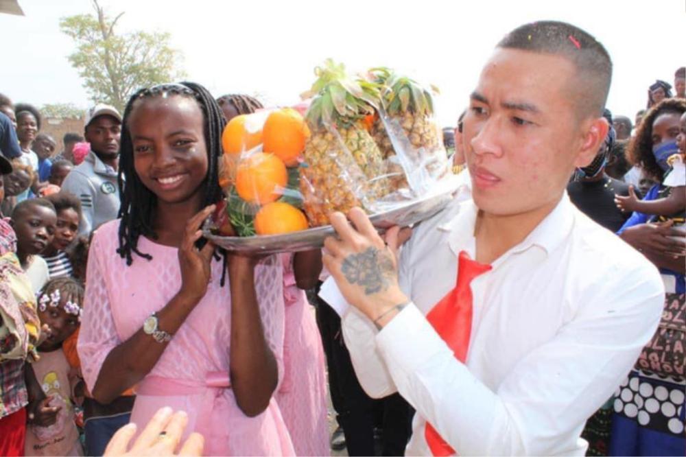 Dân tình thích thú trước loạt ảnh đám cưới của cặp đôi ở châu Phi nhưng do người Việt tổ chức, nhìn sang dàn bê tráp còn bất ngờ hơn! Ảnh 4
