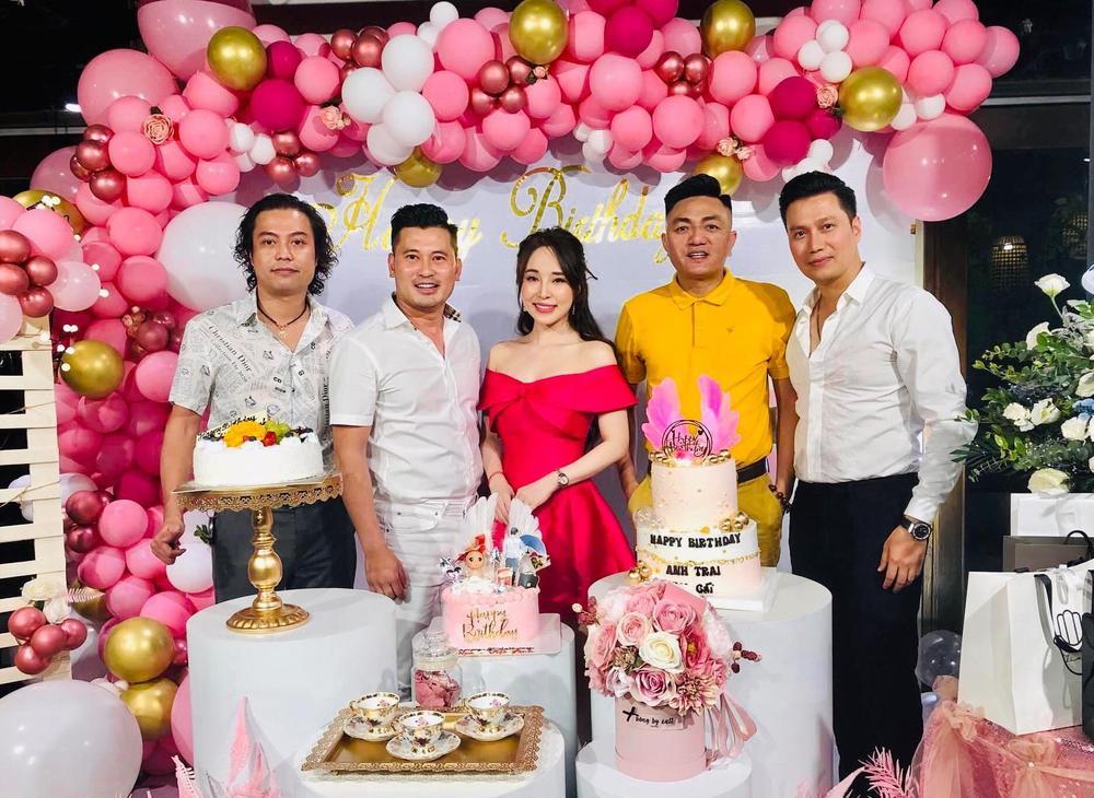 Giữa nghi vấn hẹn hò, Quỳnh Nga và Việt Anh lại tình tứ không rời nhau nửa bước trong tiệc sinh nhật Ảnh 5