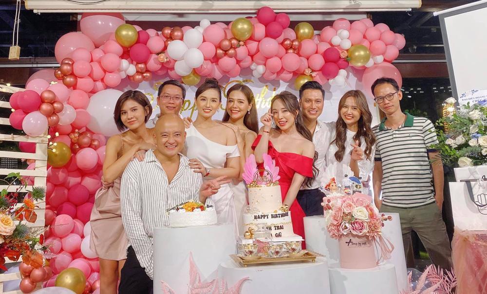 Giữa nghi vấn hẹn hò, Quỳnh Nga và Việt Anh lại tình tứ không rời nhau nửa bước trong tiệc sinh nhật Ảnh 3