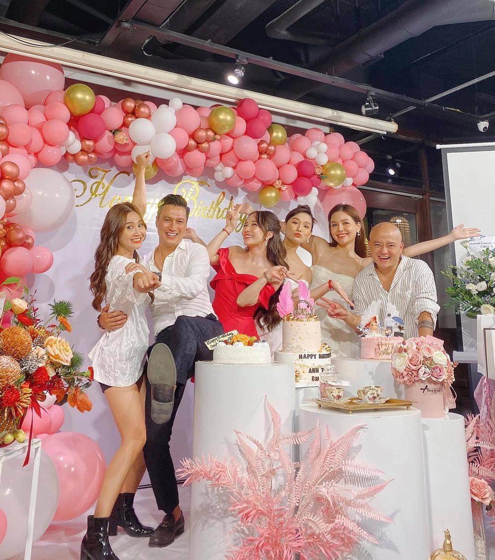 Giữa nghi vấn hẹn hò, Quỳnh Nga và Việt Anh lại tình tứ không rời nhau nửa bước trong tiệc sinh nhật Ảnh 2