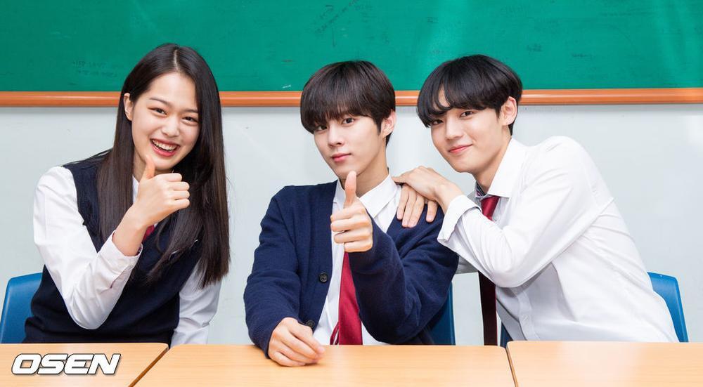 Á quân 'Produce X 101' Kim Woo Seok tựa nam thần trong đồng phục học sinh Ảnh 14