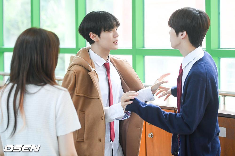 Á quân 'Produce X 101' Kim Woo Seok tựa nam thần trong đồng phục học sinh Ảnh 7