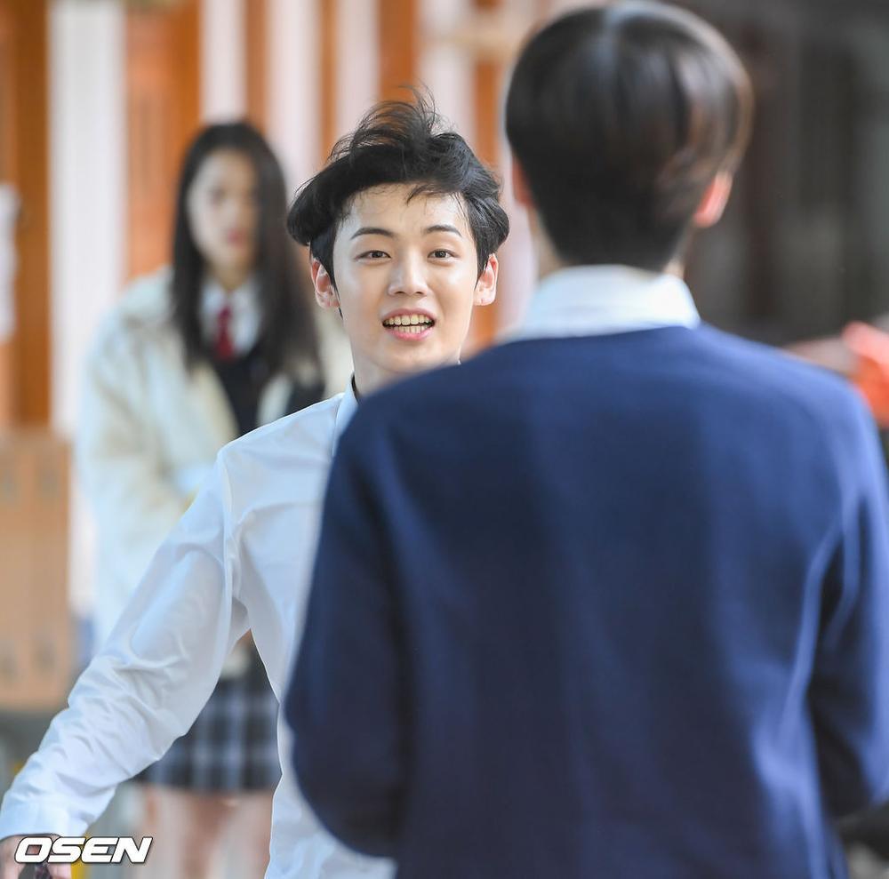 Á quân 'Produce X 101' Kim Woo Seok tựa nam thần trong đồng phục học sinh Ảnh 6