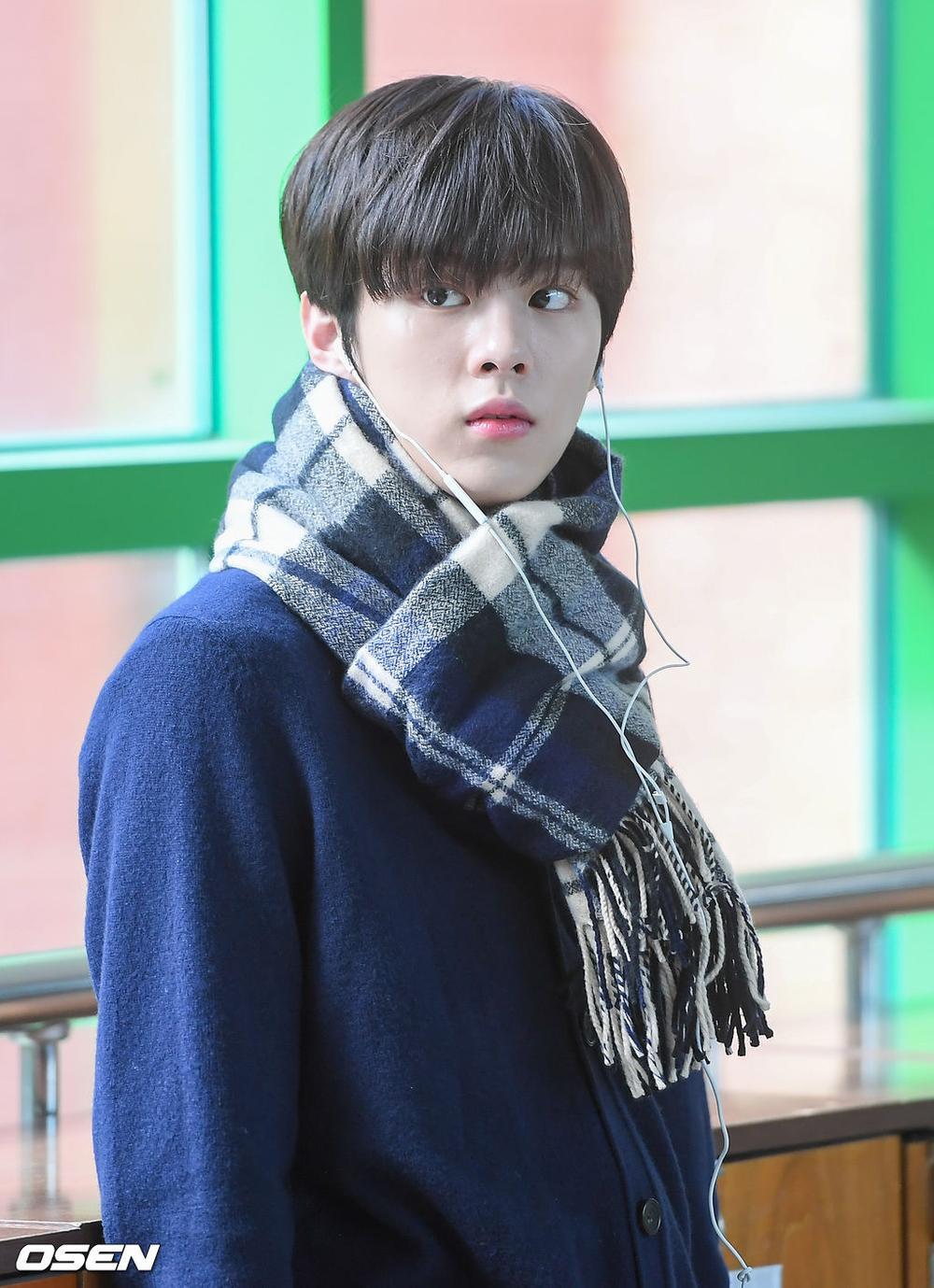 Á quân 'Produce X 101' Kim Woo Seok tựa nam thần trong đồng phục học sinh Ảnh 1