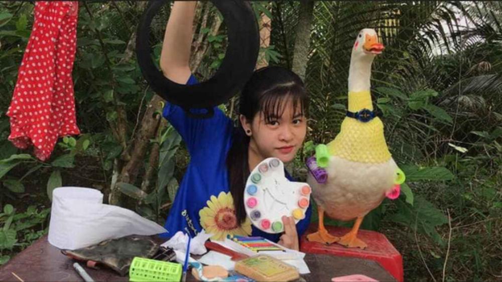 Cô bé YouTuber Sâu TiVi khóc nức nở khi rời xa chú vịt cưng để đi học, dân mạng bùi ngùi xúc động Ảnh 2