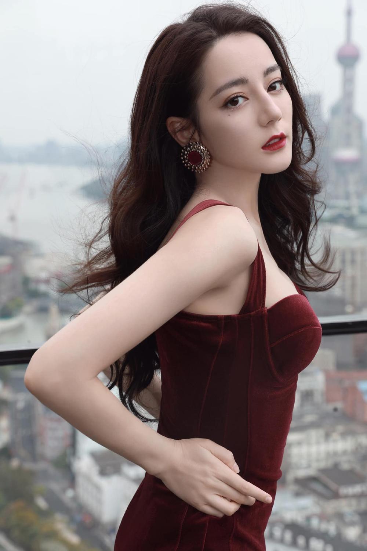 Thổn thức trước vẻ đẹp kiêu sa của Địch Lệ Nhiệt Ba trong váy đỏ cúp ngực lấp ló vòng 1 căng đầy quyến rũ Ảnh 2