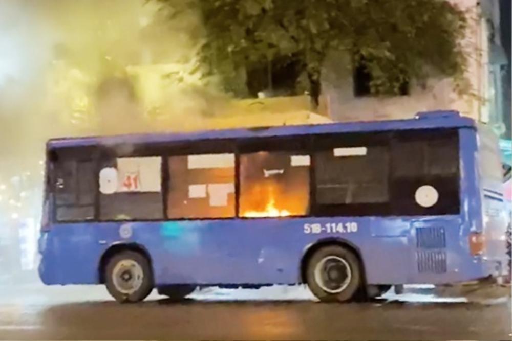 Xe buýt bất ngờ bốc cháy trên đường ở TP.HCM, gần 20 hành khách nhanh chóng chạy thoát thân Ảnh 1