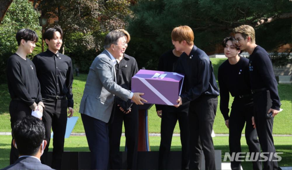 BTS trở thành 'hắc kỵ sĩ' tại Nhà xanh của Tổng thống Hàn Quốc Ảnh 18