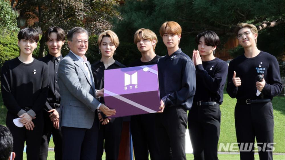 BTS trở thành 'hắc kỵ sĩ' tại Nhà xanh của Tổng thống Hàn Quốc Ảnh 20