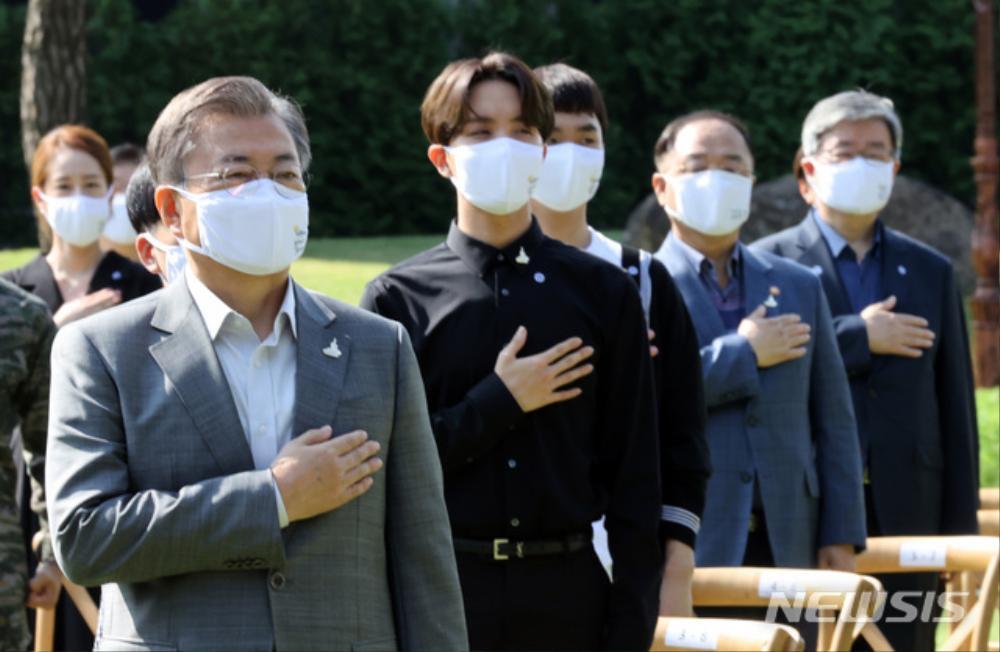 BTS trở thành 'hắc kỵ sĩ' tại Nhà xanh của Tổng thống Hàn Quốc Ảnh 22