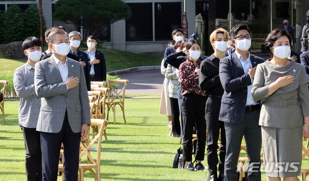 BTS trở thành 'hắc kỵ sĩ' tại Nhà xanh của Tổng thống Hàn Quốc Ảnh 23