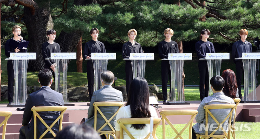 BTS trở thành 'hắc kỵ sĩ' tại Nhà xanh của Tổng thống Hàn Quốc Ảnh 8