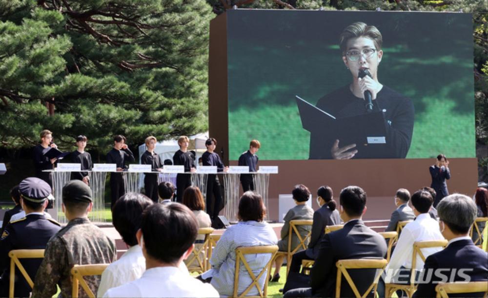 BTS trở thành 'hắc kỵ sĩ' tại Nhà xanh của Tổng thống Hàn Quốc Ảnh 9