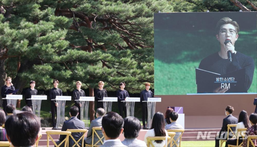 BTS trở thành 'hắc kỵ sĩ' tại Nhà xanh của Tổng thống Hàn Quốc Ảnh 12