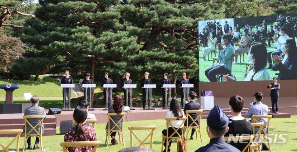 BTS trở thành 'hắc kỵ sĩ' tại Nhà xanh của Tổng thống Hàn Quốc Ảnh 15