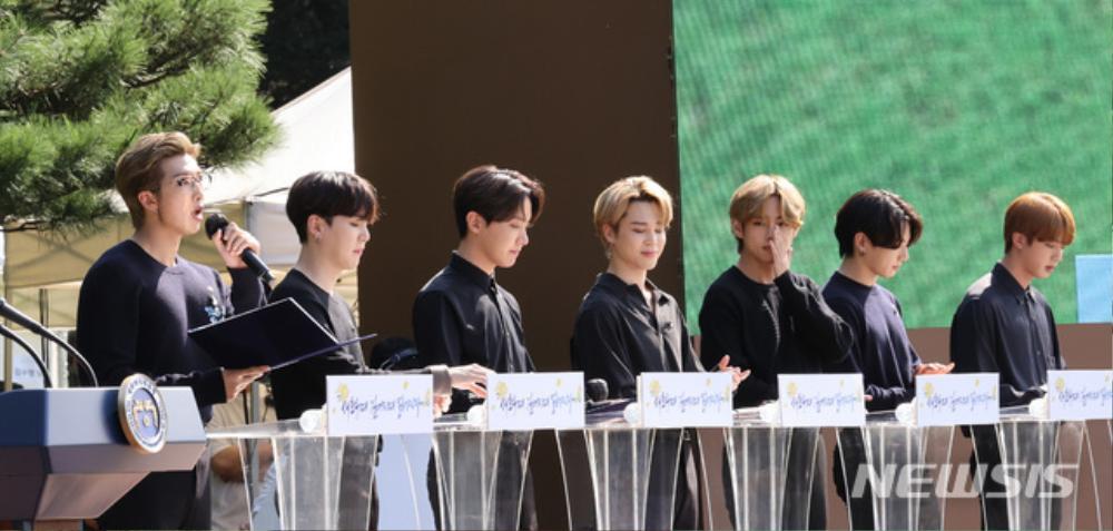BTS trở thành 'hắc kỵ sĩ' tại Nhà xanh của Tổng thống Hàn Quốc Ảnh 16