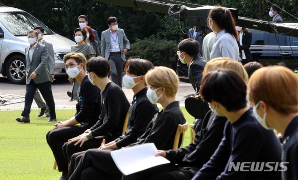 BTS trở thành 'hắc kỵ sĩ' tại Nhà xanh của Tổng thống Hàn Quốc Ảnh 3