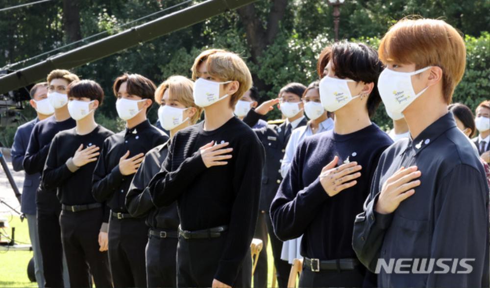 BTS trở thành 'hắc kỵ sĩ' tại Nhà xanh của Tổng thống Hàn Quốc Ảnh 26