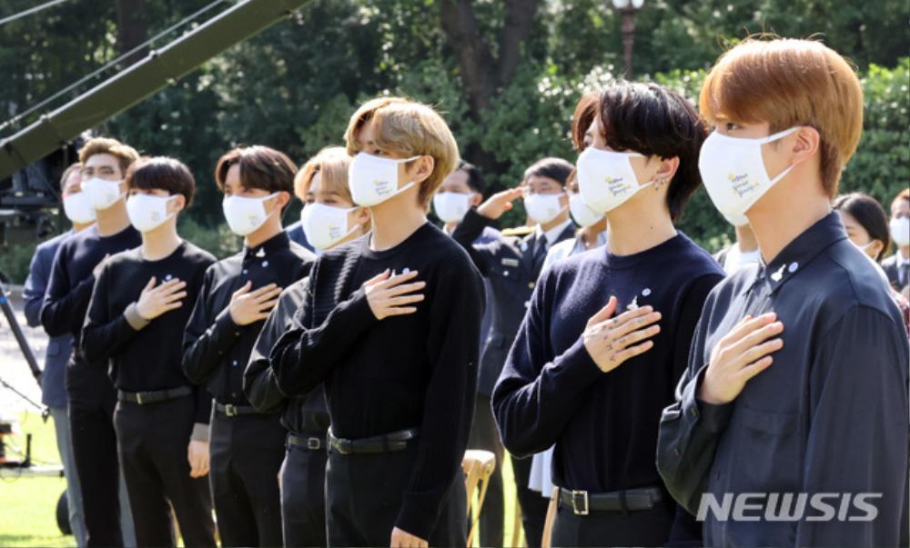 BTS trở thành 'hắc kỵ sĩ' tại Nhà xanh của Tổng thống Hàn Quốc Ảnh 27