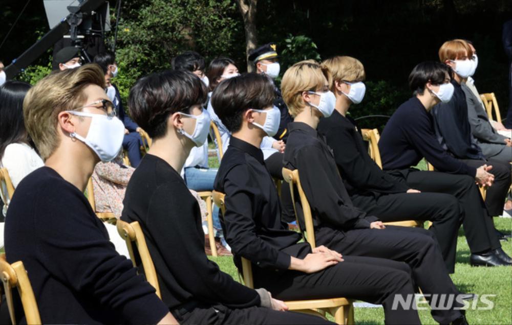 BTS trở thành 'hắc kỵ sĩ' tại Nhà xanh của Tổng thống Hàn Quốc Ảnh 28