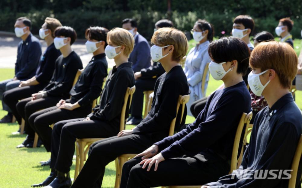 BTS trở thành 'hắc kỵ sĩ' tại Nhà xanh của Tổng thống Hàn Quốc Ảnh 30