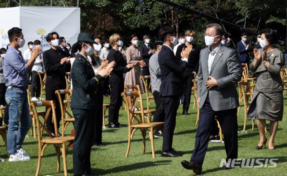 BTS trở thành 'hắc kỵ sĩ' tại Nhà xanh của Tổng thống Hàn Quốc Ảnh 31